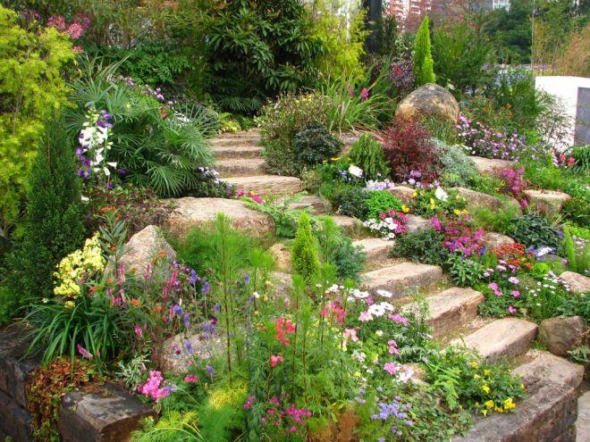 okrasná zahrada ve svahu schody
