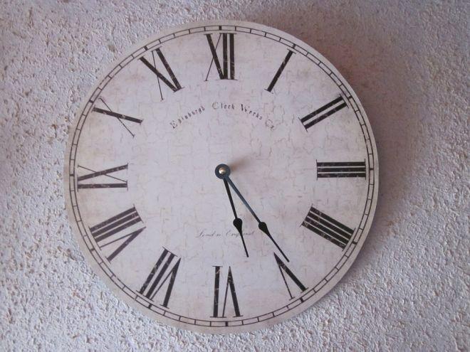 nástěnné hodiny římska čísla