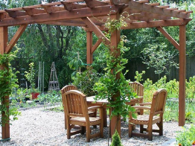 Dřevěná pergola uprostřed zahrady