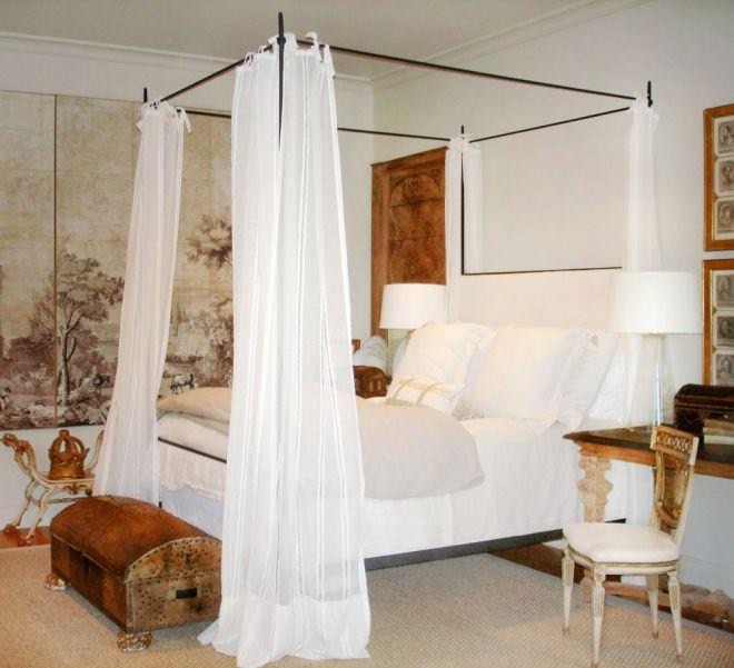 kovaná postel s nebesy bílá