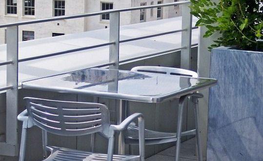 Stolek na balkón – vybírejte správně