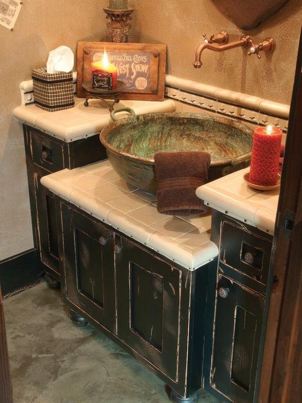 Designová koupelna se smaltovaným umyvadlem a industriálním kohoutkem