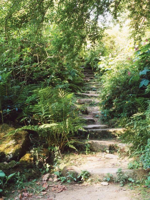 Terasovitá zahrada ve svahu v přírodním anglickém stylu