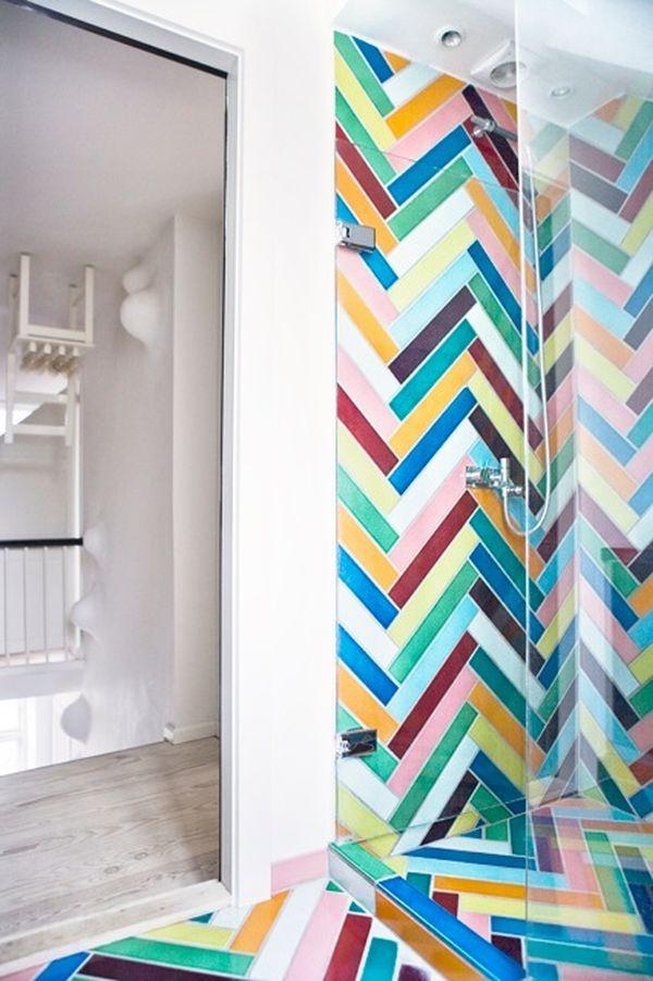 Moderní koupelna se stylovými, barevnými obklady
