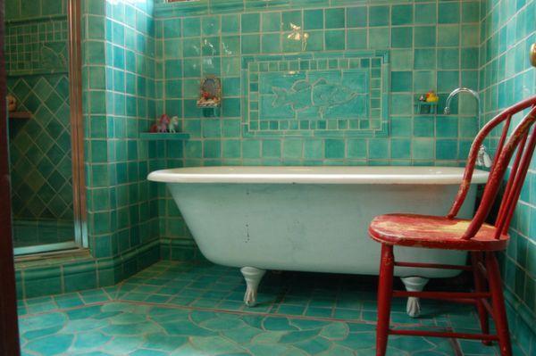 Moderní koupelna s obklady v barvě moře