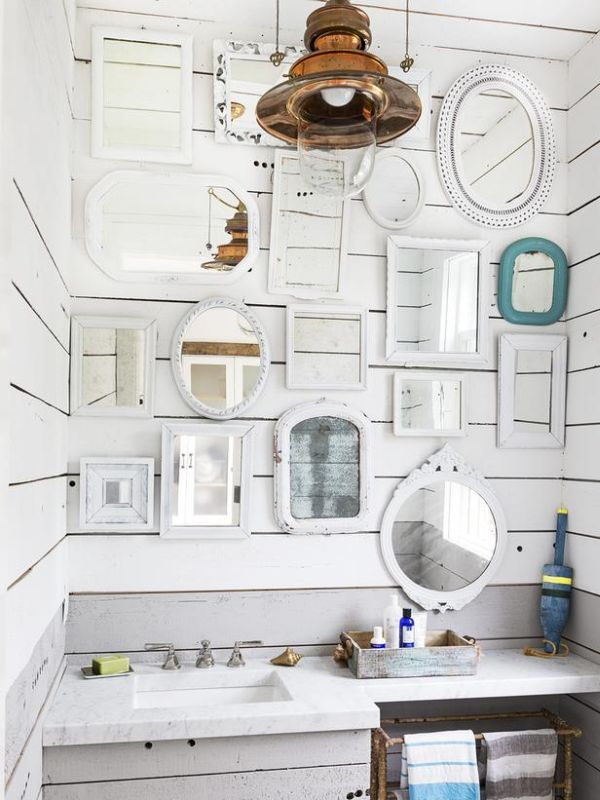 Moderní koupelna s obrázky na stěně.